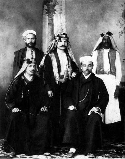 """Ivan Aguéli (längst upp till vänster) tillsammans med Enrico Insabato (bredvid Aguéli) och andra tillskyndare av tidskriften """"Il Convito"""" som utkom mellan 1904 och 1907."""