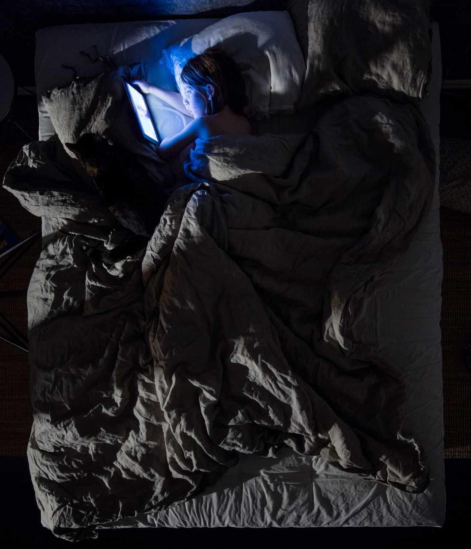 Porträttserie, 2-a pris: Sjuårige Wile tittar på tecknad film på sin Ipad, en modern kvällsrutin i flera hem. Stimulansen och den bakgrundsupplysta bildskärmen bidrar till vakenhet. Ljus på kvällen hämmar kroppens produktion av hormonet melatonin som styr vår dagliga biologiska rytm.