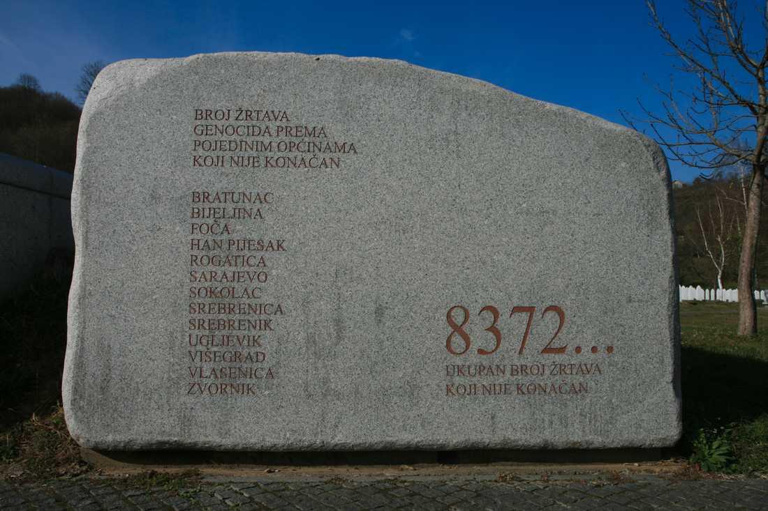8372 är den officiella siffran på de som mördades i Srebrenica. Men varje år hittas nya gravar.