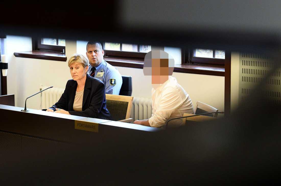 Mannen under häktningsförhandlingarna