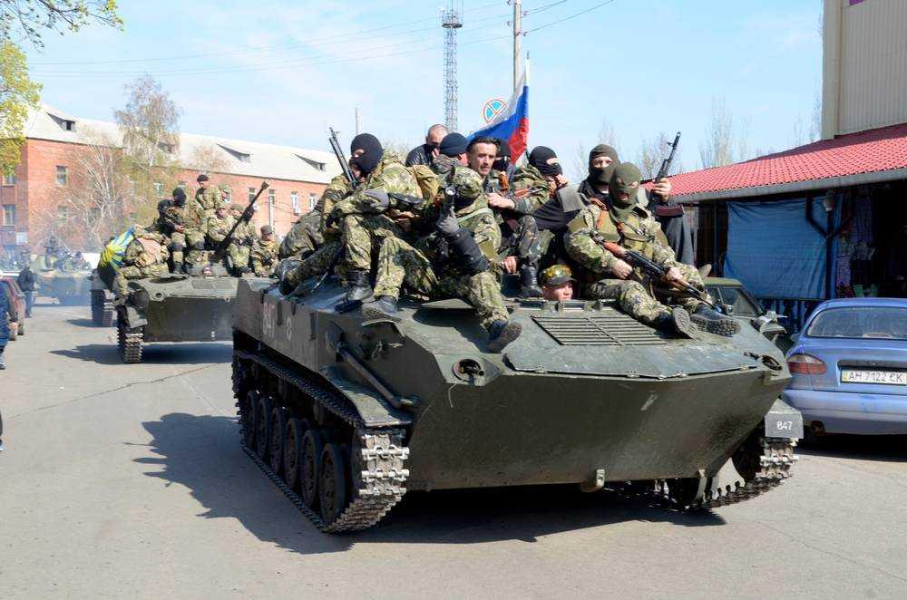 Aftonbladets utsända var på plats när ryskflaggade stridsvagnar rullade in i staden Kramatorsk.