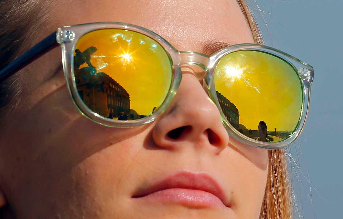 Solens reflexer i ett par glasögon på en kvinna i Bukarest.