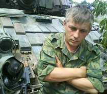"""En rysk soldat utanför georgiska staden Gori. """"Vi har inte fått några order att retirera"""", säger han till Aftonbladets reporter."""