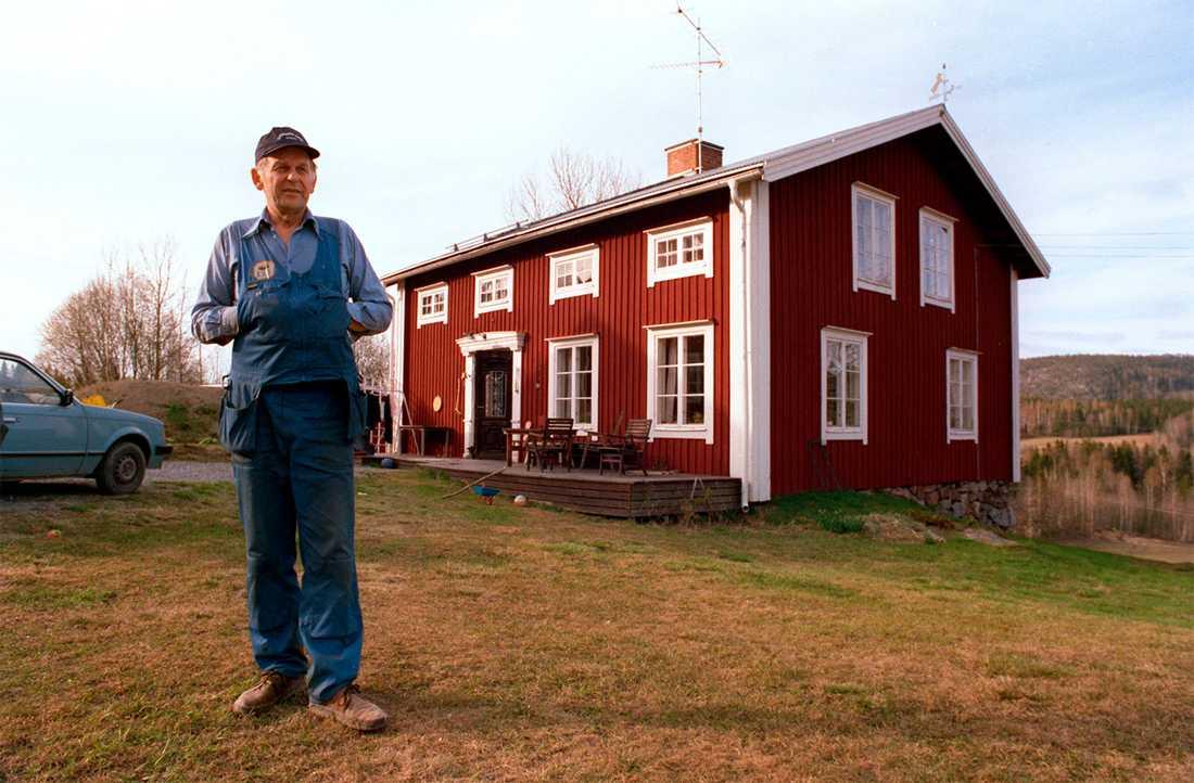 Utanför sitt hem i Ramvik 1996.