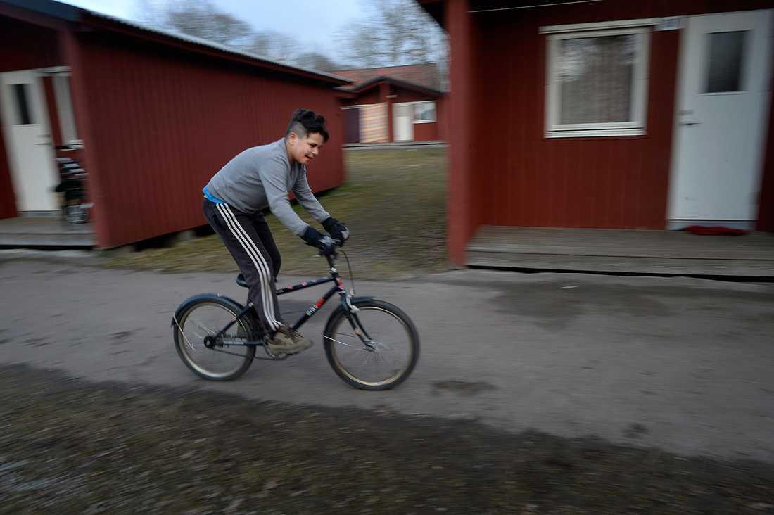 Cykla och spela fotboll är Ahmads favoritsyssla.