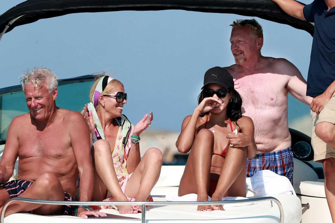 Tennislegendarerna Björn Borg och Boris Becker semestrade ihop på en lyxbåt utanför Ibiza i förra veckan.
