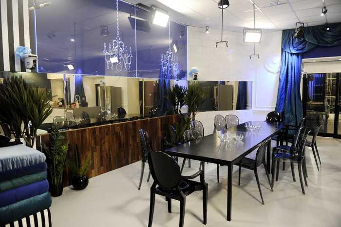 Det är blått, lila och kitschigt. Nästa som om TV 3:s inredningsduo Simon & Tomas har varit framme. Här är matsalen, under testdygnet fick vi köttgryta med ris och fläskkarré med potatis på tallrikarna.
