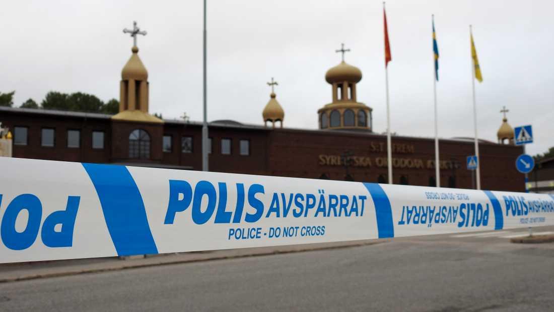 Avspärrningar vid den kyrka i Södertälje där något exploderat.