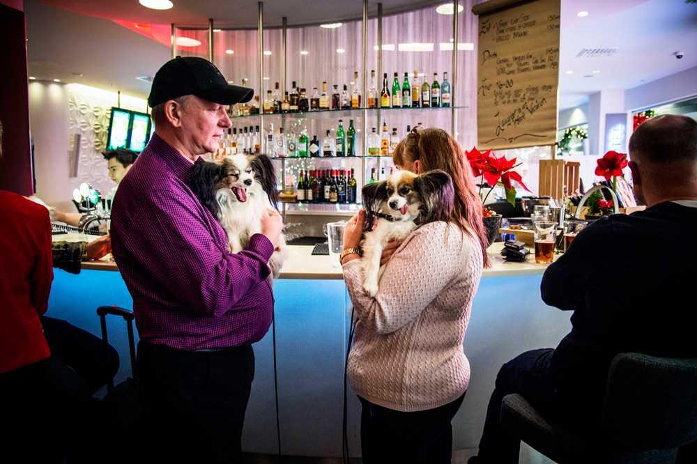 Röj i baren - idag med jyckarna Alice (hålls i av Robert Björkdahl) och Debbie (hålls i av Anki Karlsson).