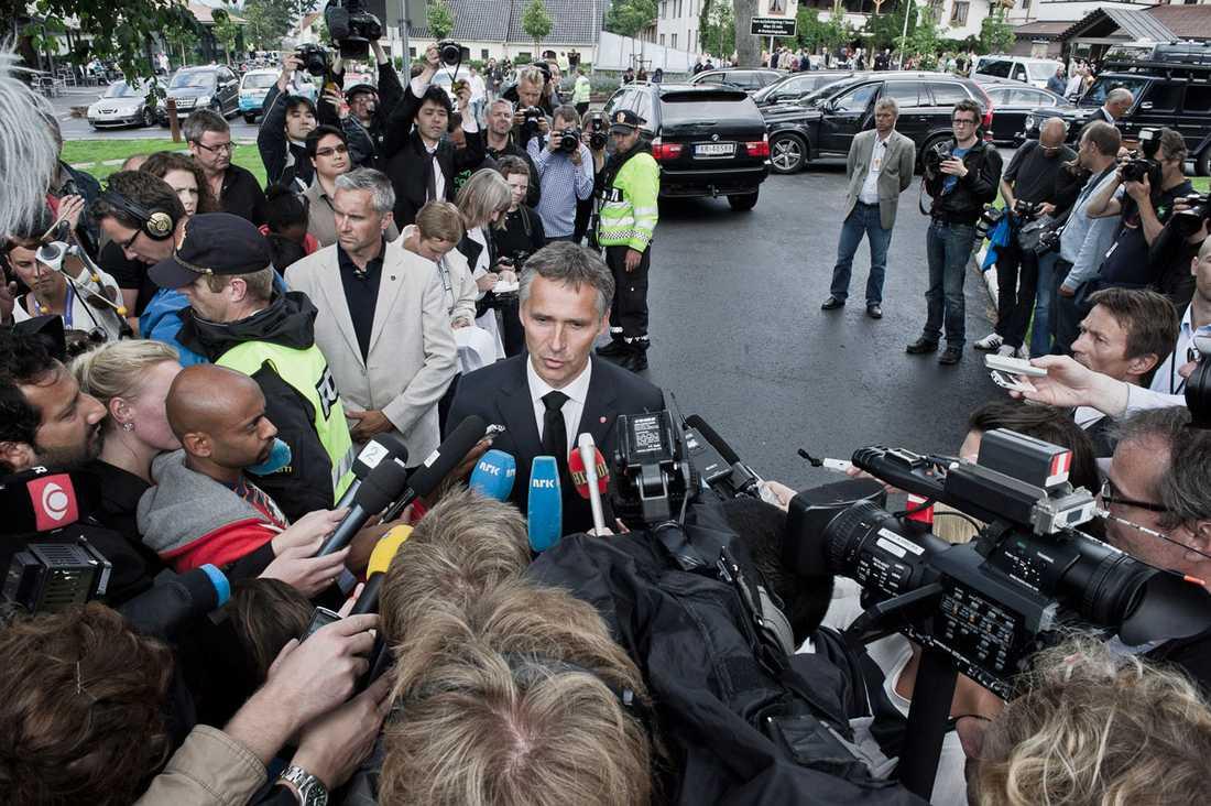 Norges statsminister Jens Stoltenberg håller presskonferens på lördagseftermiddagen.
