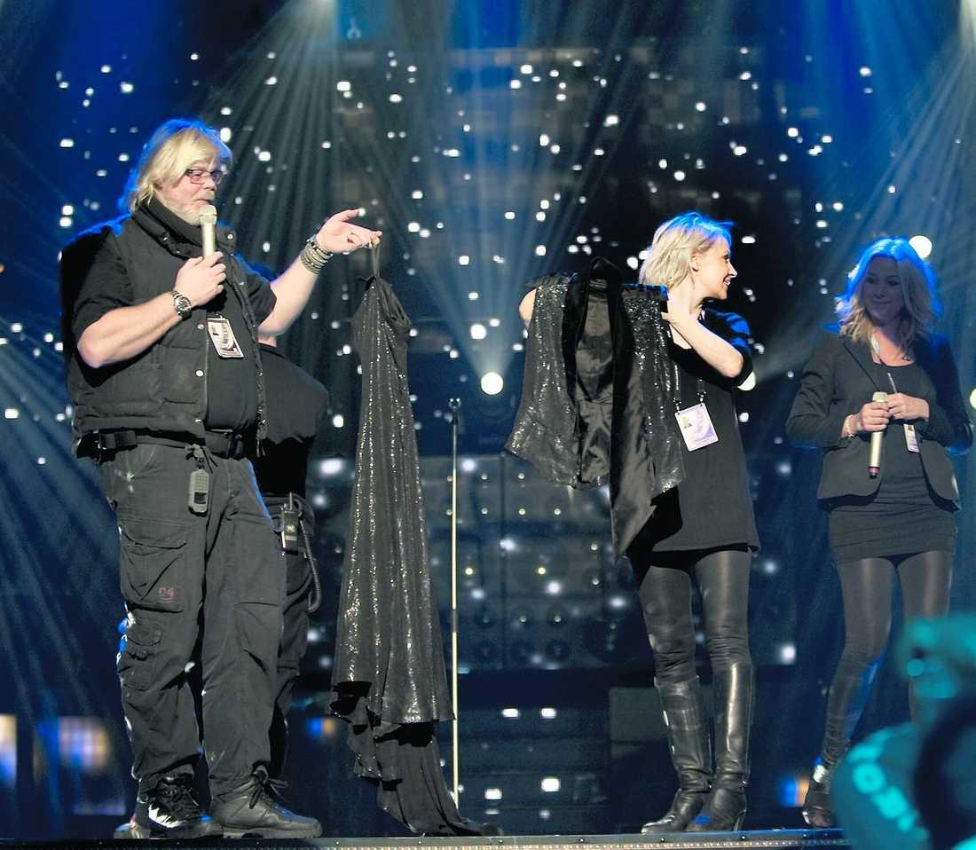 Jessica Anderssons helsvarta klänning visas upp på scen. Både Jessicas scenkläder, framträdande och låt påminner misstänkt mycket om Sanna Nielsens anno 2008 (nedan).