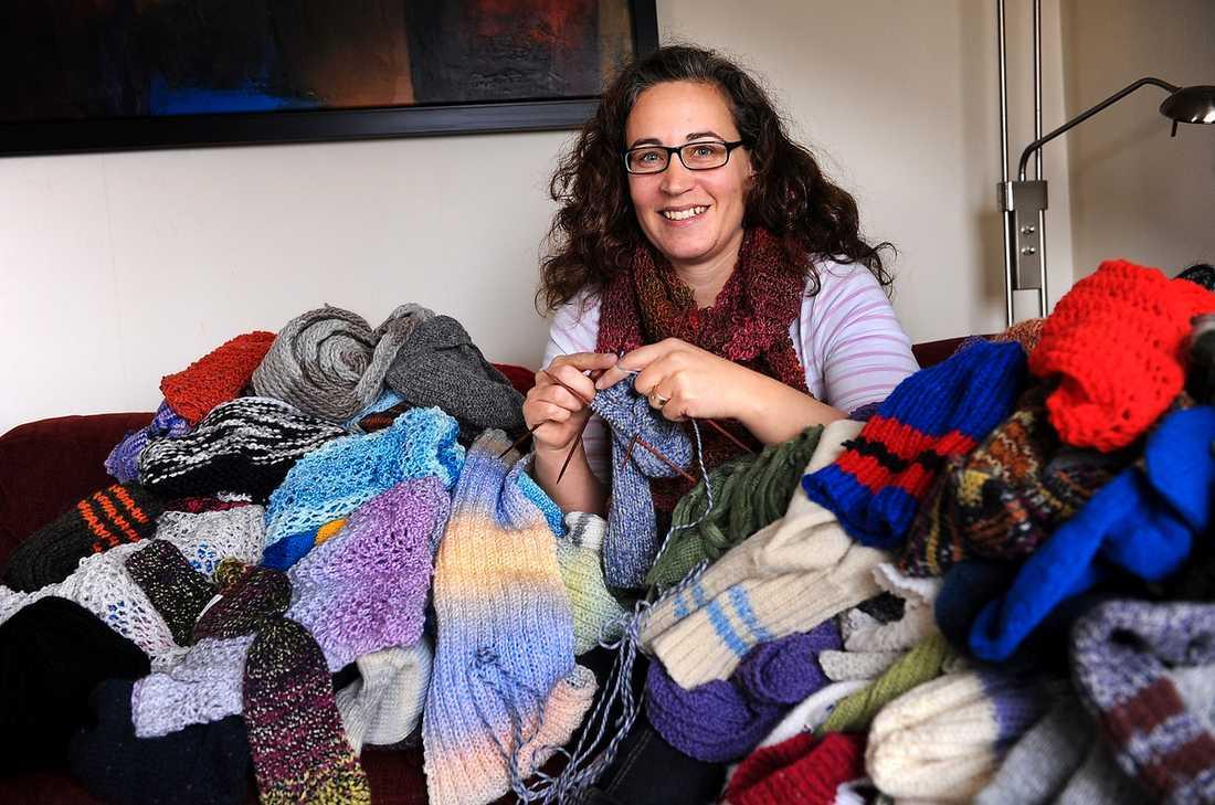 """Hon har  en plan, Stickan Ulrica Loeb, grundare av Hjälpstickan, har samlat runt 400 stickare som gör kläder för hemlösa. """"Jag såg de frusna hemlösa och tänkte att jag kunde göra något"""", säger hon."""