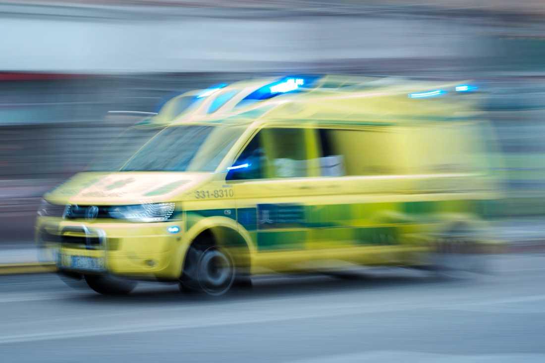 Väntade på ambulans på den trafikerade vägen.
