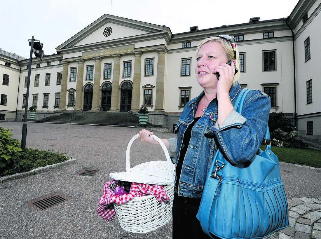 finns det några hungriga politiker här? Karin Ahlborg gjorde allt i sin makt för att försöka bjuda på sjukhusmaten.