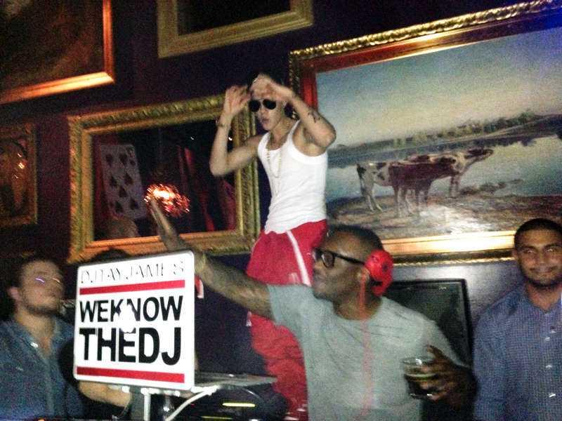 """""""SAY WHAT, LET'S GO"""" Justin Bieber anlände bakvägen till nattklubben Rose i Stockholm strax före klockan två på natten. Popstjärnan hoppade in i dj-båset och dansade på ett podium. Han tog också tag i micken och ropade: """"Say what, let's go!""""."""