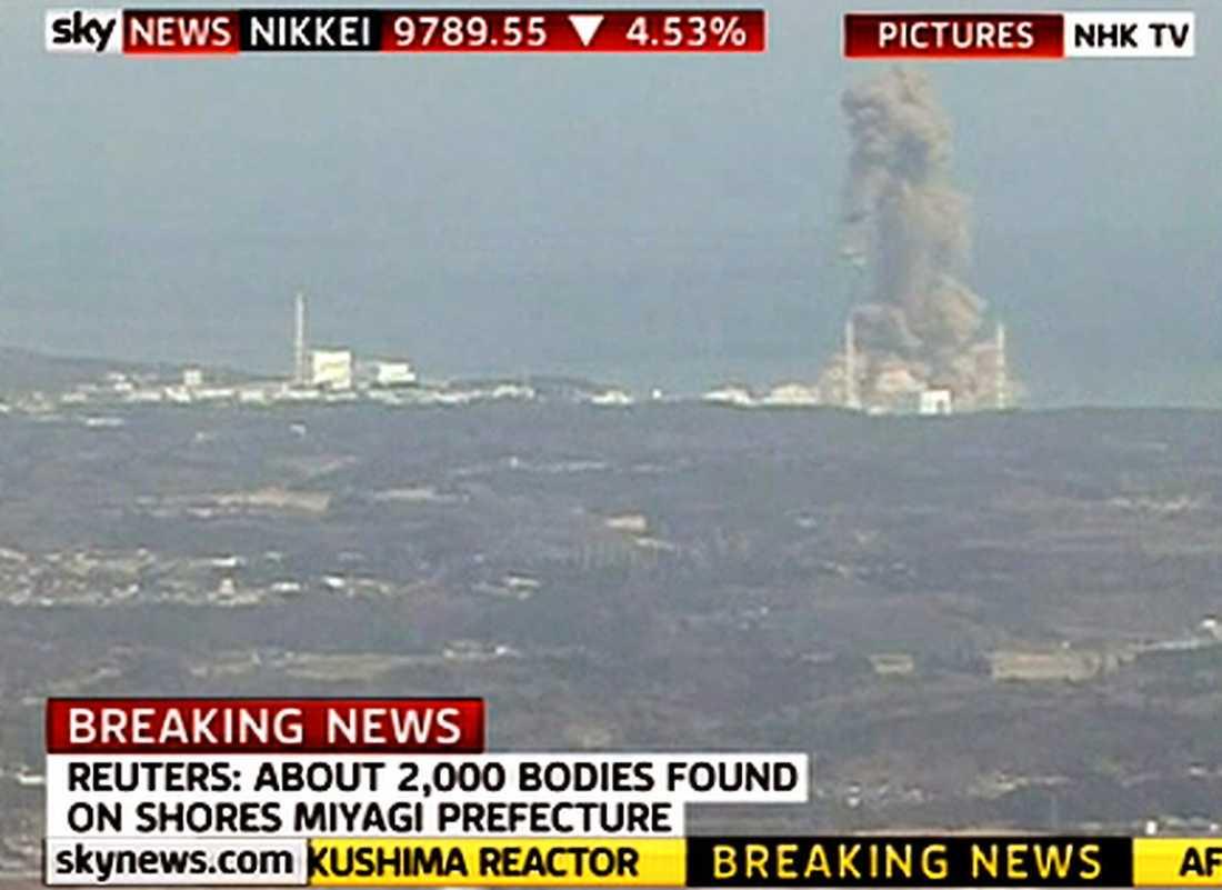 röken väller ut RÖKEN VÄLLER UT Halv fyra i morse exploderade kärnkraftverket Fukushima – igen. Tv-bilderna visar hur svartgrå rök väller ut från reaktor nummer tre när byggnadens betonghölje pulveriseras.