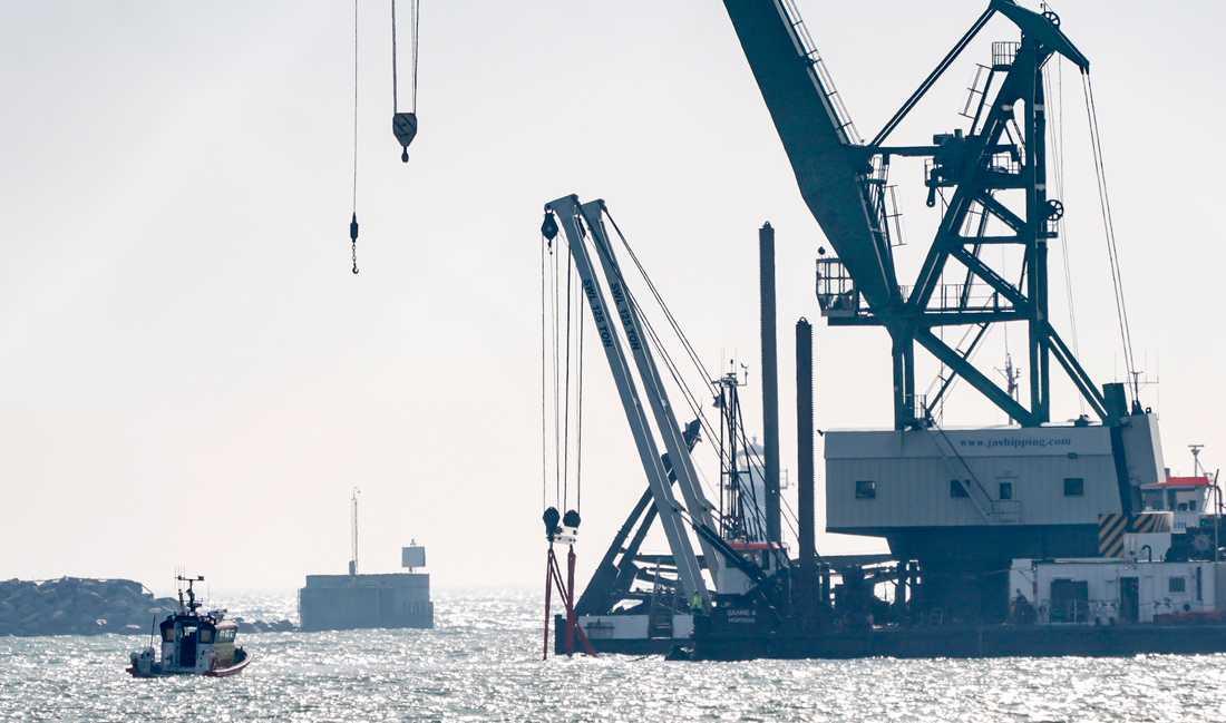 Den person som varit saknad efter en olycka i Trelleborgs hamn förra veckan har hittats. Arkivbild från onsdagen då bärgningsarbetet inleddes.