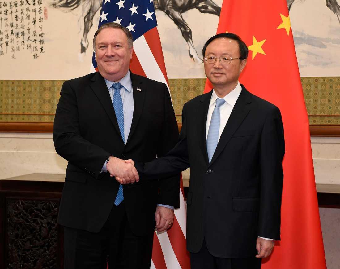 USA:s utrikesminister Mike Pompeo och Yang Jiechi från det kinesiska utrikesdepartementet vid ett möte i oktober. Arkivbild.