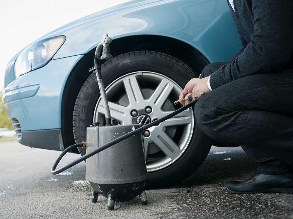 Energimyndigheten uppmanar bilister att kolla däcktrycket inför bilsemestern.