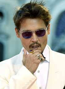 Drar in degen. Johnny Depp.
