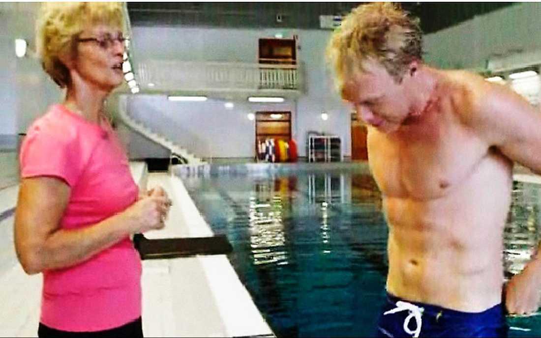 """IMPAD  """"Jag är imponerad"""", utbrast OS-stjärnan Ulrika Knape-Lindberg när SVT:s André Pops tränade simhopp mitt i sändningen i förrgår. Programledaren som var sjuk i denguefeber för tre år sedan och tappade både hår och vikt, visade att han är tillbaka i toppform."""