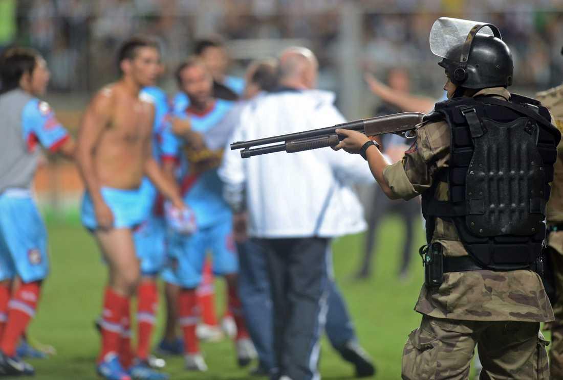 Atletico Mineiro slog Arsenal i sydamerikanska Copa Libertadores. Efteråt urartade matchen i skandalscener när Arsenal-spelare gick till attack mot domarna – som fick skyddas av kravallpolis med dragna vapen.
