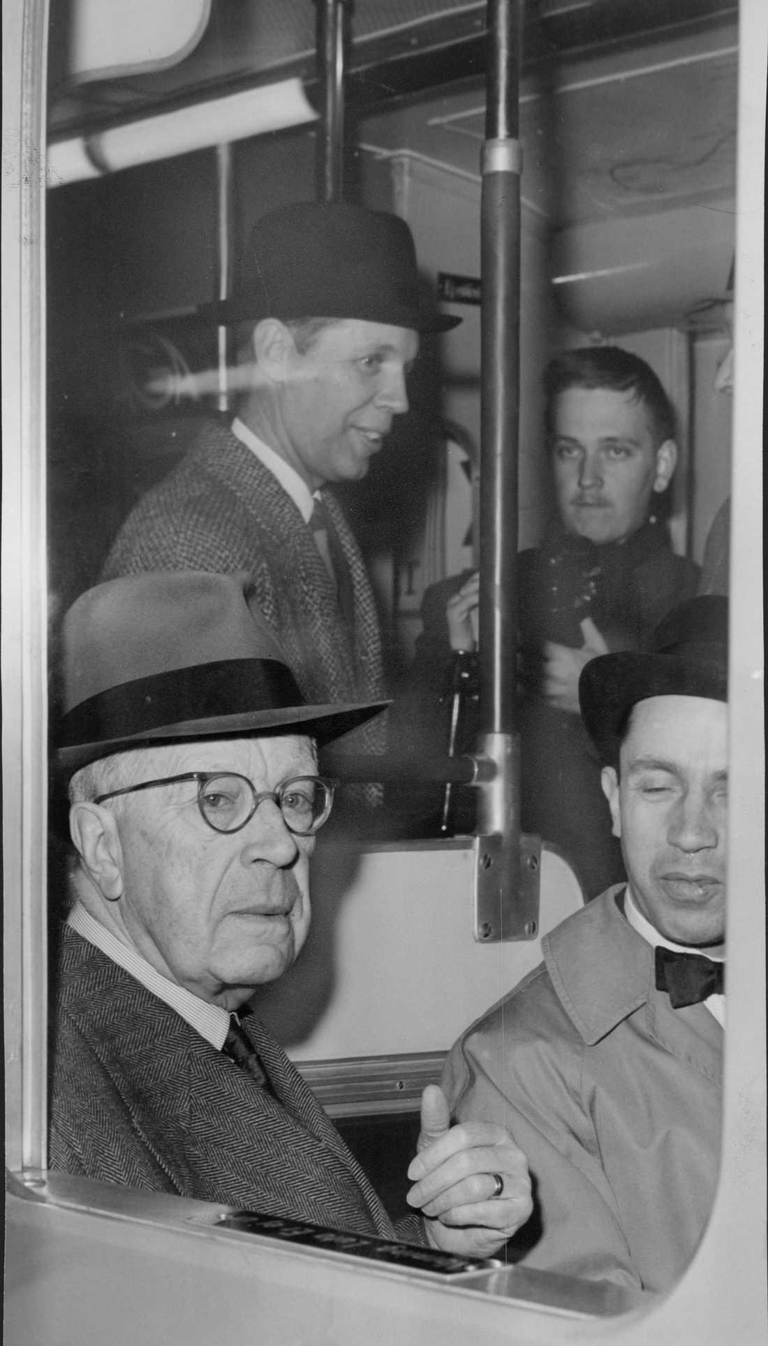 Från rapporteringen av utrymningsövningen Operation Stockholm 1961: Kung Gustaf VI Adolf, evakuerade frivilligt i morse. Han hade själv bett att få vara med i övningen. Kl. 7.35 embarkerade han ett T-banetåg vid Rådmansgatan. Han åkte tillsammans med generaldirektör Åke Sundelin (t.h.) till Vällingby, varifrån han fortsatte till bl.a Upplands Väsby och Bålsta med bil.