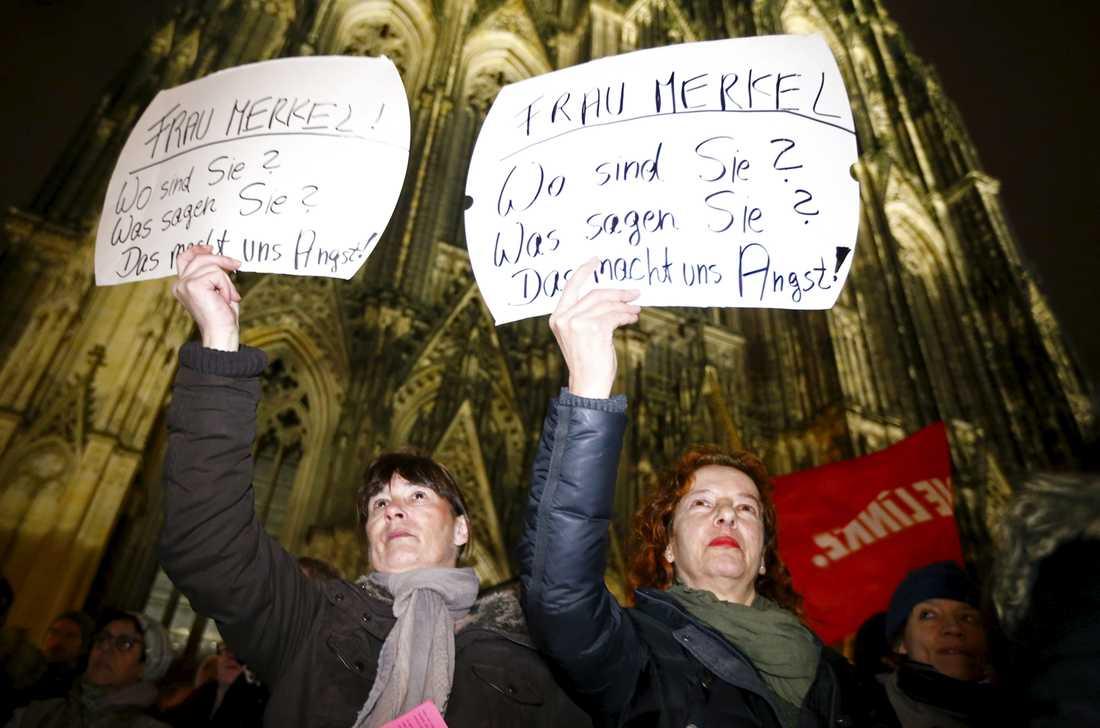 """På deras plakat står det: """"Fru Merkel, var är ni? Vad säger ni? Vi är rädda!"""""""
