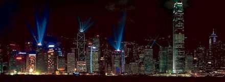 Skyskraporna på Hongkong-ön lyses upp av en ljusshow på kvällarna.
