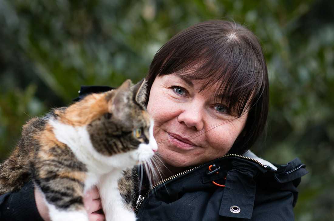 Magen på Lottas katt Monica var delvis uppskuren – men hon överlevde.