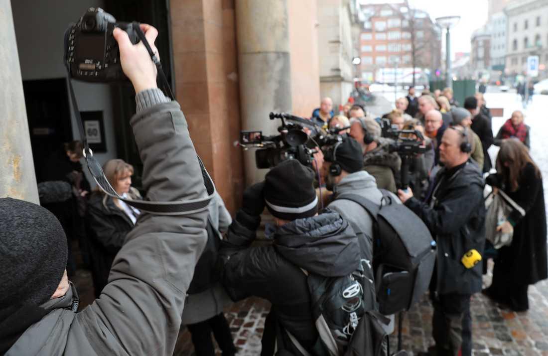 Stort pressuppbåd inför rättegången mot Peter Madsen.