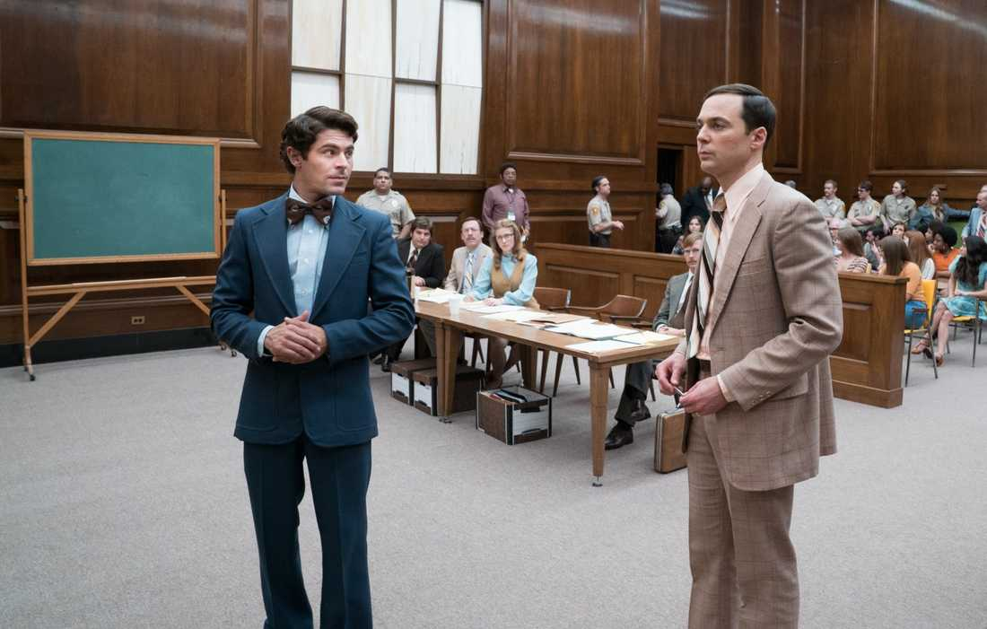 Zac Efron och Jim Parsons (som spelar åklagaren).