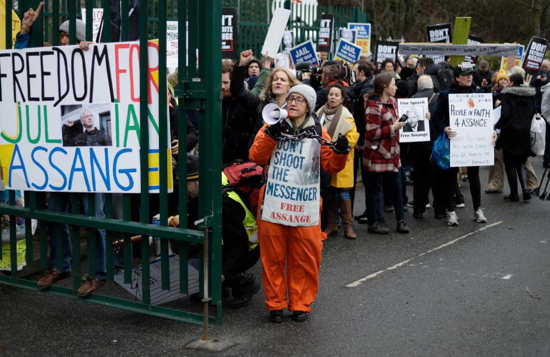 Demonstranter utanför rättegången om Wikileaksgrundaren Julian Assange ska utlämnas till USA.