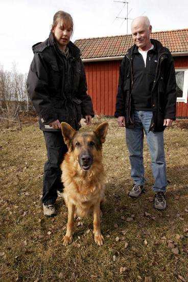 Författaren och hundpsykologen Anders Hallgren med Frida-Marie Olofsson och Eros.