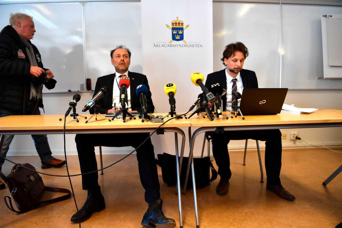 Utredare Thomas Johansson och chefsåklagare Niclas Wargren på presskonferensen om mordet på fyraårige Kevin.