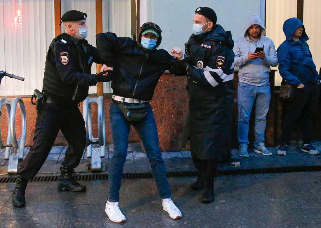Massgripanden genomfördes i Moskva vid demonstrationer mot grundlagsändringar.