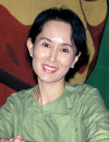 Firar 60-årsdagen i husarrest Namn: Aung San Suu Kyi. Yrke: Partiledare för Nationella demokratiförbundet. Ålder: 60 år i morgon. Familj: Sönerna Alexander, 30 och Kim, 28 (bor i USA och England). Bor: Villa i Rangoon där hon suttit i husarrest 9 år och 238 dagar sedan 1988.