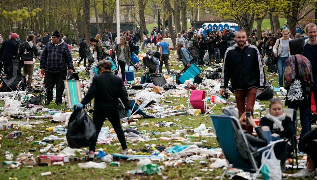 Valborg 2018 i Lund – skräpet ligger kvar efter festen i Stadsparken. Den så kallade spontanfesten, den sista april, lockar varje år runt 30000 besökare. Arkivbild.