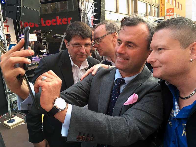 Hofer tar en bild med en väljare.