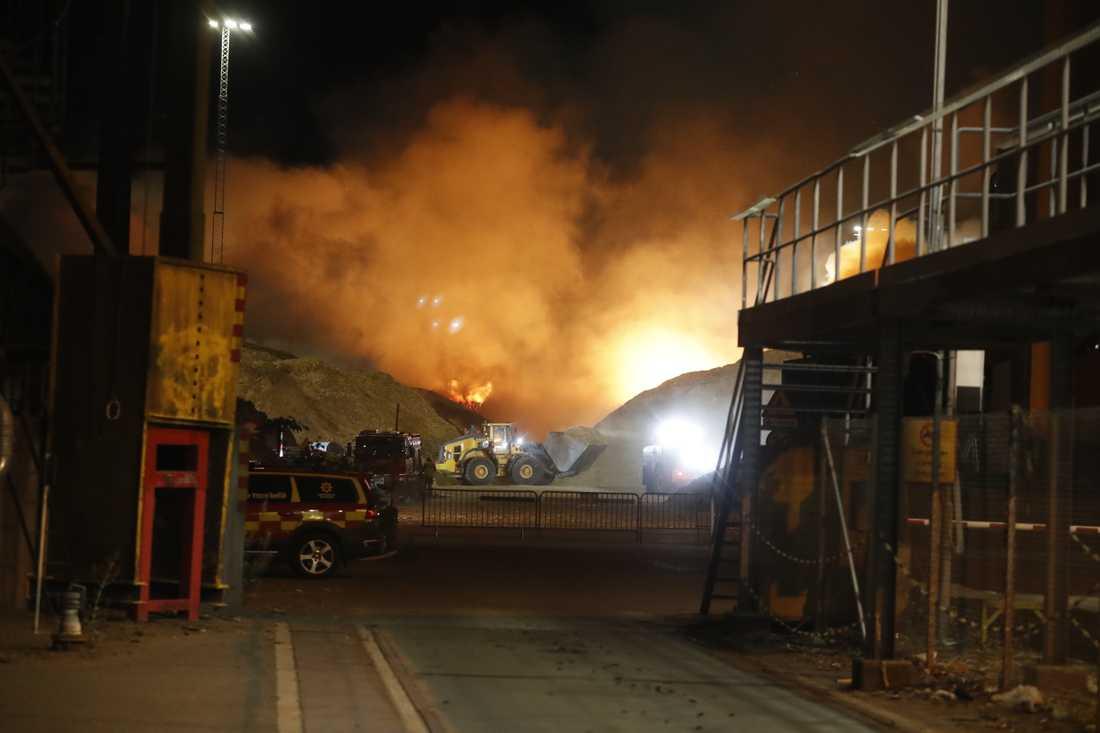 Det brinner mycket kraftig vid ett värmeverk i Norrköping. Räddningstjänsten har påbörjat vattenbombning med helikoptrar för att förhindra ytterligare spridning.