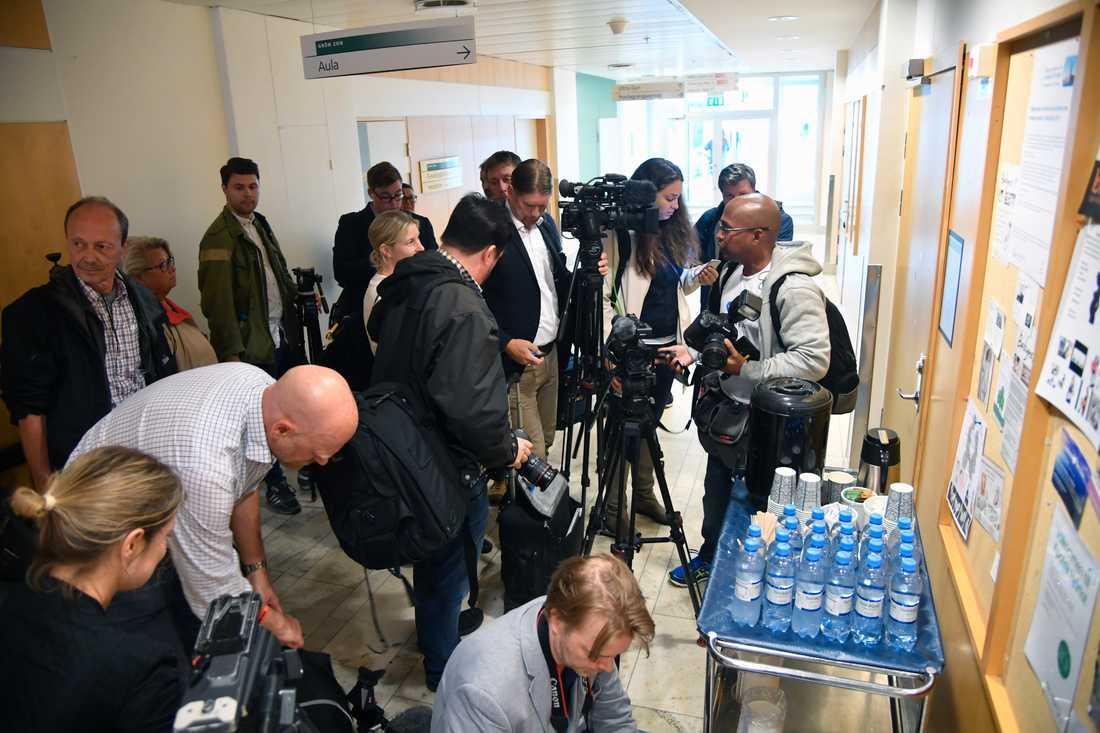 Media samlas vid Danderyds sjukhus.