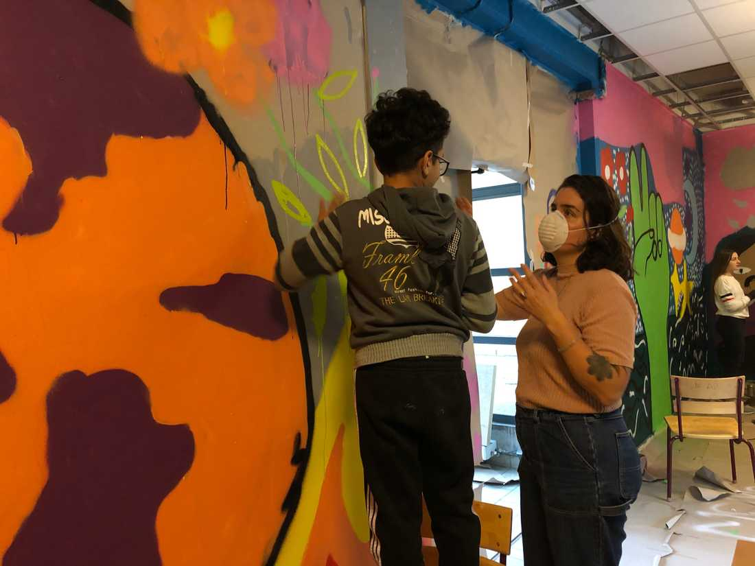 Konstnären Lisa Ewald ger Mohammed Refai målningstips.