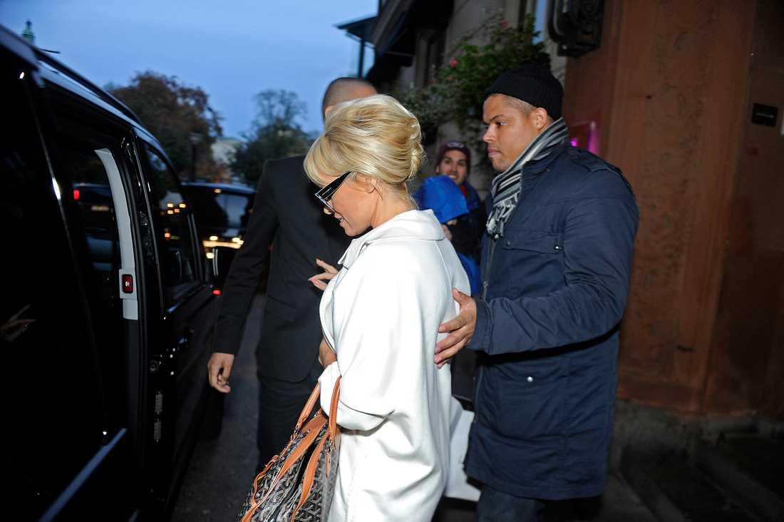 På torsdagen tog sig en man in på Pamela Andersons hotell, bokade rummet bredvid stjärnan och satte eld på rummet. Han greps sedan naken och förvirrad av polis.