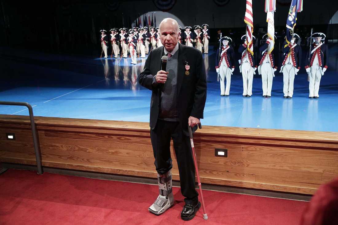 Senatorn John McCain med sin skadade fot.