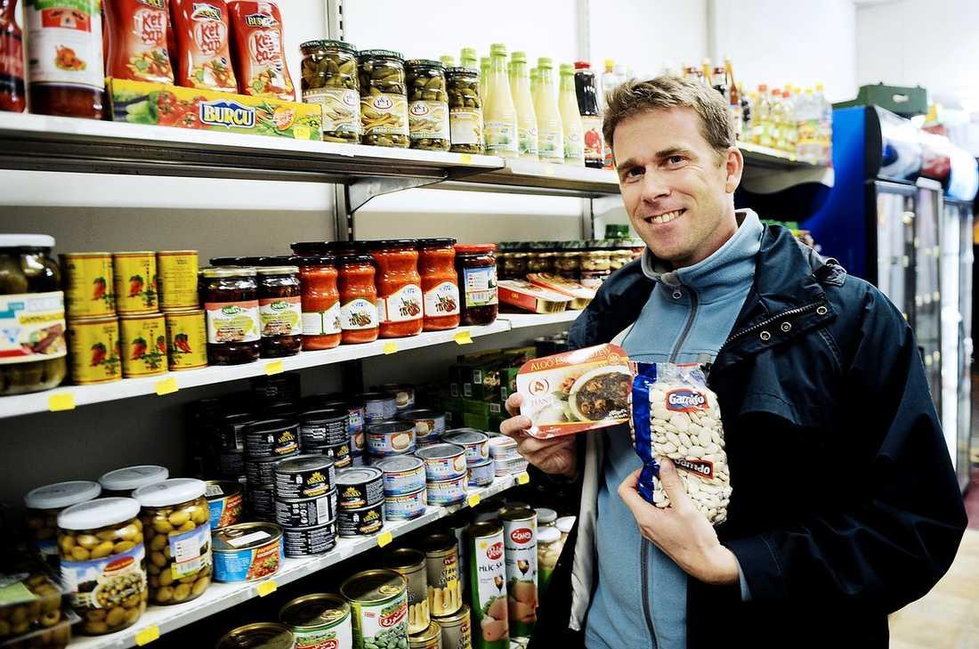 VEGOHJÄLTEN Jonas Paulsson visar upp lite av det stora vegetariska utbudet som finns i en vanlig livsmedelsaffär numera.