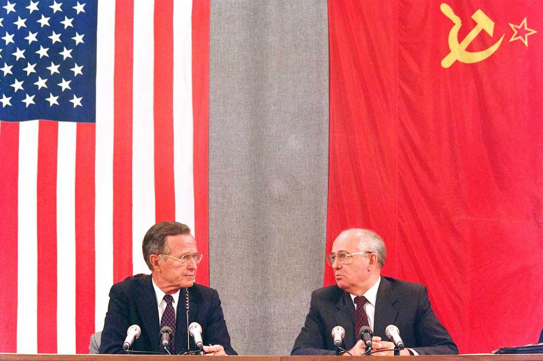 "In this file photo taken on July 31, 1991 shows US President George Bush (L) and his Soviet counterpart Mikhail Gorbachev during a press conference in Moscow concluding the two-day US-Soviet Summit dedicated to the disarmament. - Former US president George H.W. Bush, who helped steer America through the end of the Cold War, has died at age 94, his family announced late Friday November 30, 2018. ""Jeb, Neil, Marvin, Doro and I are saddened to announce that after 94 remarkable years, our dear Dad has died,"" his son, former president George W. Bush, said in a statement released on Twitter by a family spokesman."