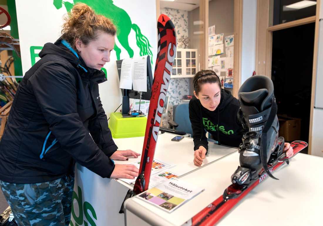 Fanny Sannerud hjälper Valeria Vilthaug att låna slalomutrustning i Göteborg. Fritidsbanken rekommenderar att skidorna ställs in ordentligt utifrån alla parametrar, till exempel av en sportaffär.