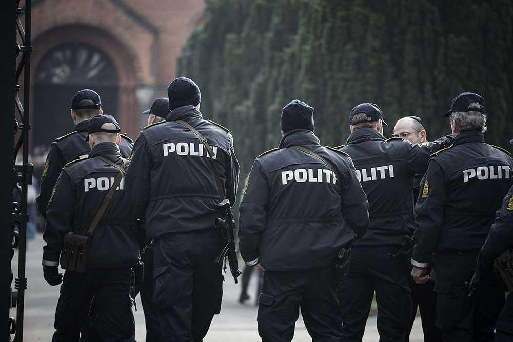 Ceremonin bevakades av tungt beväpnad polis.