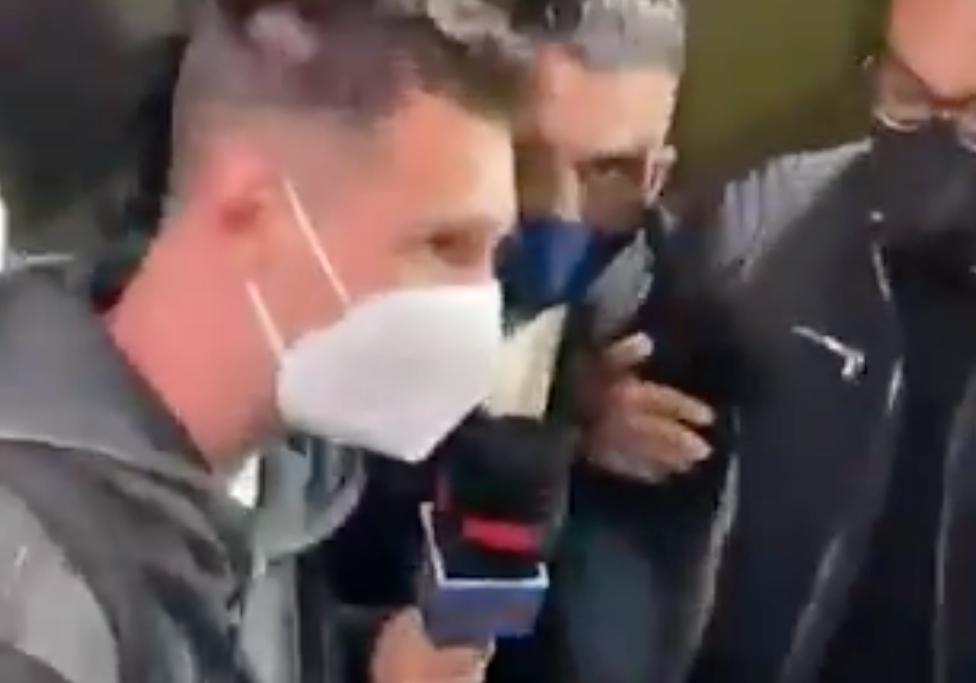 Messi omringades av journalister när han landade i Barcelona efter landslagsuppehållet.