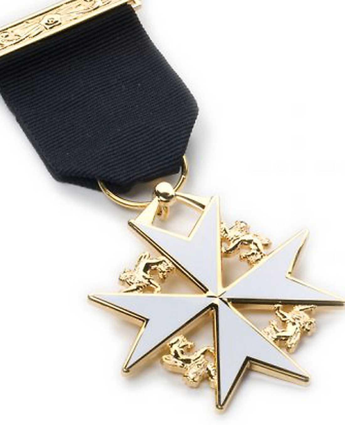 Behring Breivik kallar korset Knight of Malta Breast Jewel, som han menar ges till dem som har fått minst 10 utmärkelser i kampen mot islam. Egentligen heter det Knights Templar and Knight of Malta Breast Jewel.